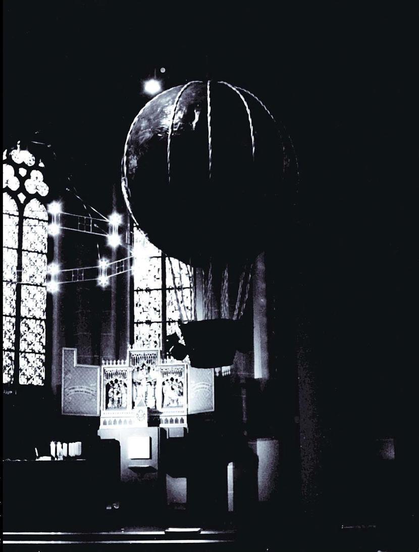 Воздушный шар в кирхе. Кельн, 2004